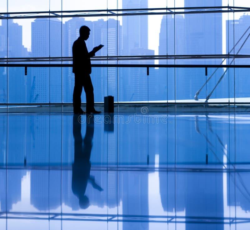 Conceito de pensamento de Reading Alone Planning do homem de negócios foto de stock royalty free
