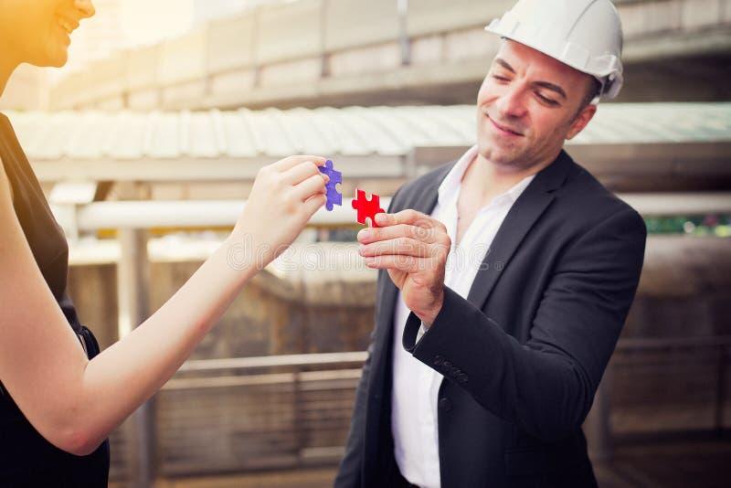 Conceito de pensamento do negócio, pessoa do arquiteto que faz a serra de vaivém e a fusão, conectando junto fotografia de stock