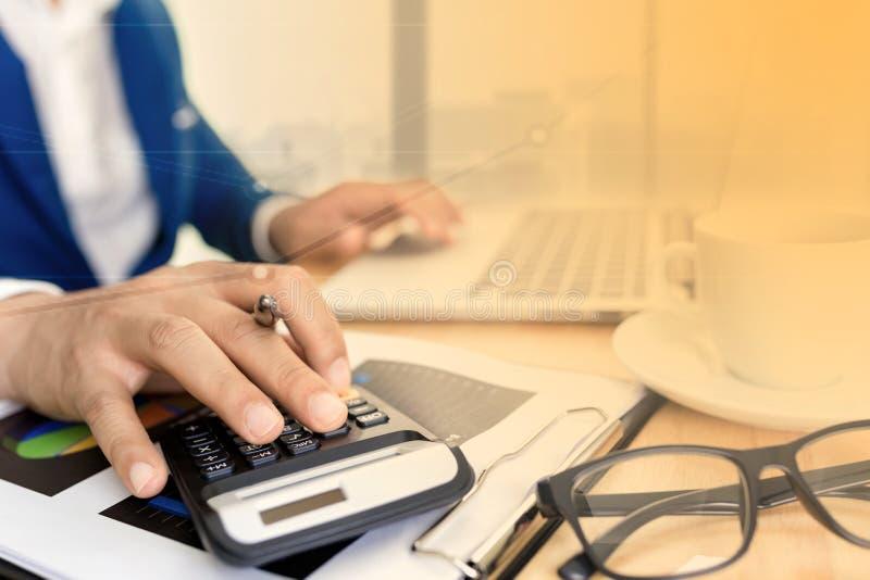 Conceito de plano de contabilidade de negócios, Trabalhando em um computador laptop para desktop com calculadora para fazer negó imagens de stock royalty free