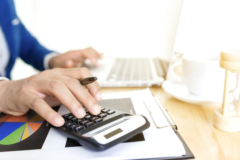 Conceito de plano de contabilidade de negócios, Trabalhando em um computador laptop para desktop com calculadora para fazer negó foto de stock royalty free