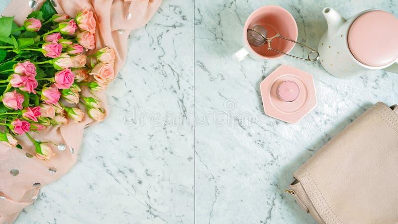 Conceito de primavera de boas-vindas quebra de chá com rosas rosa e acessórios femininos fotos de stock