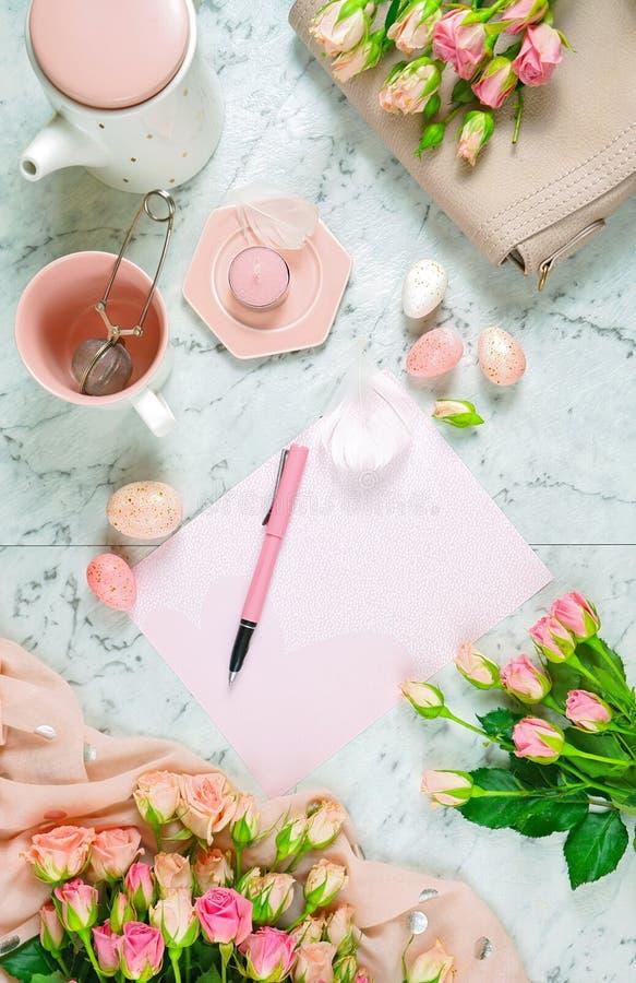 Conceito de primavera de boas-vindas quebra de chá com rosas rosa e acessórios femininos foto de stock
