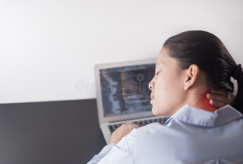 Conceito de programação, programador da jovem mulher que trabalha no escritório mãos da mulher que codificam e que programam no p fotos de stock royalty free