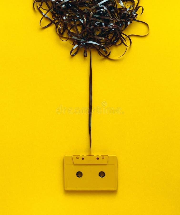 Conceito de projeto da faculdade criadora Cassete áudio retro no fundo amarelo, vista superior fotografia de stock royalty free