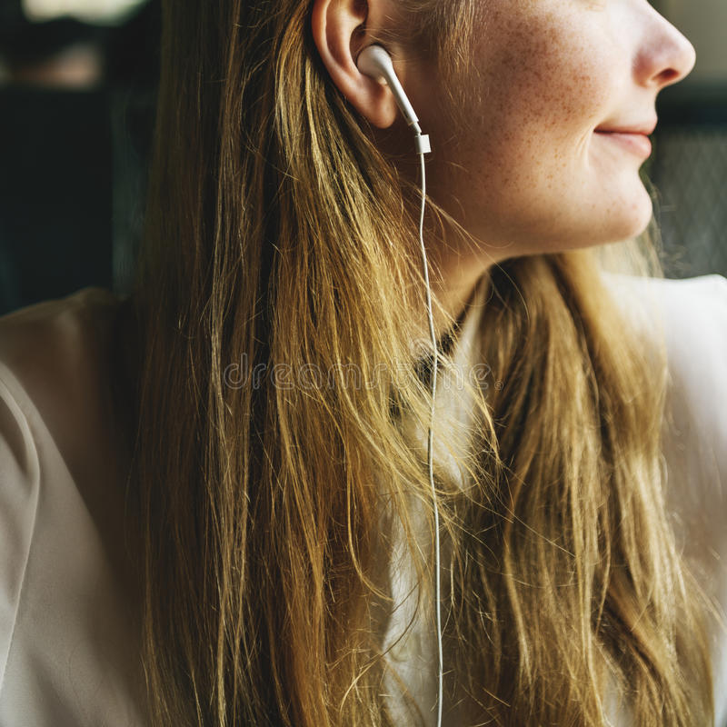 Conceito de rádio de escuta da música da menina foto de stock royalty free