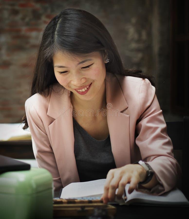 Conceito de Reading Research Planning da mulher de negócios imagem de stock royalty free