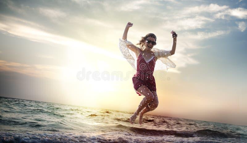 Conceito de refrigeração de salto das férias de verão da mulher da praia imagem de stock