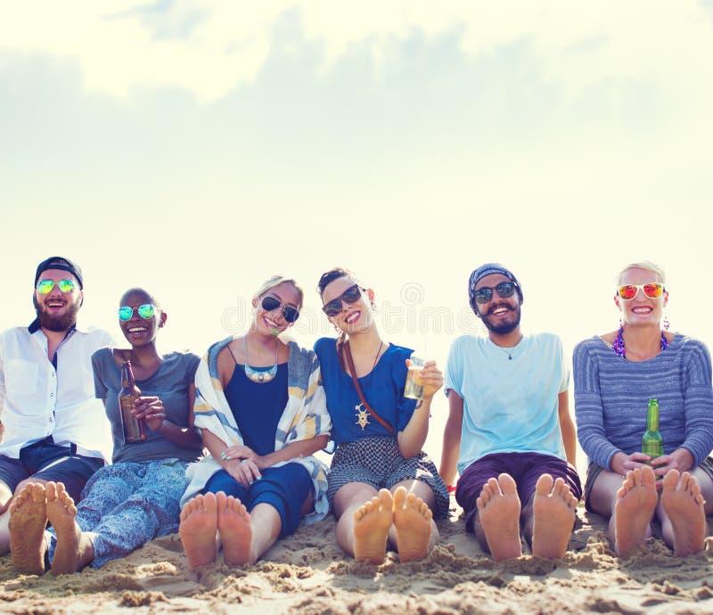 Conceito de refrigeração do partido das férias da praia dos amigos foto de stock royalty free