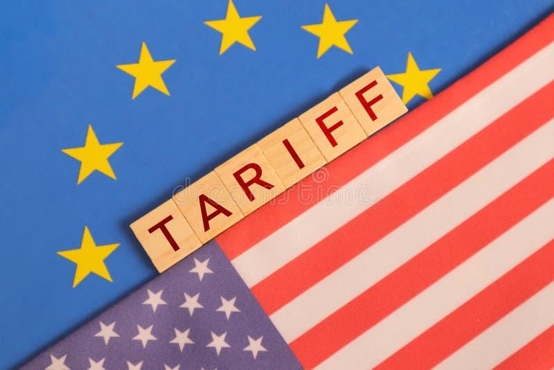 Conceito de relações bilaterais e tarifa norte-americana sobre a apresentação de bandeiras pela UE foto de stock
