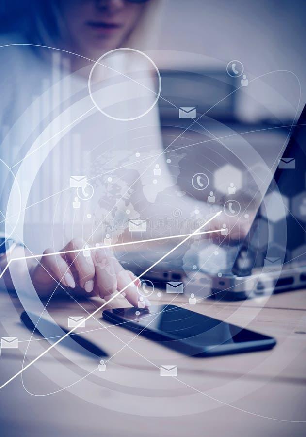 Conceito de relações virtuais, ícones digitais, conexões em linha mundiais Tela preta tocante da mão fêmea moderna fotos de stock