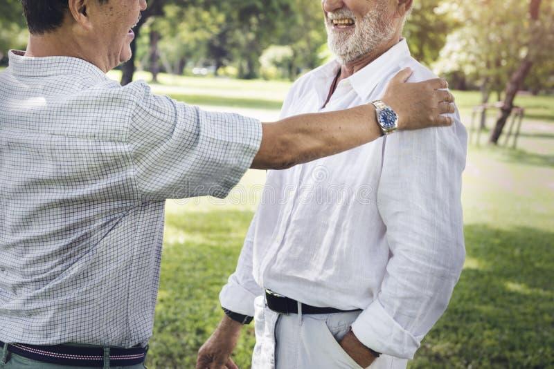 Conceito de riso de fala da aposentadoria superior dos amigos imagens de stock royalty free