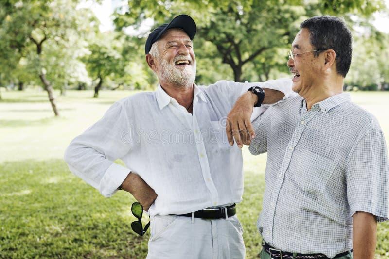 Conceito de riso de fala da aposentadoria superior dos amigos fotos de stock royalty free