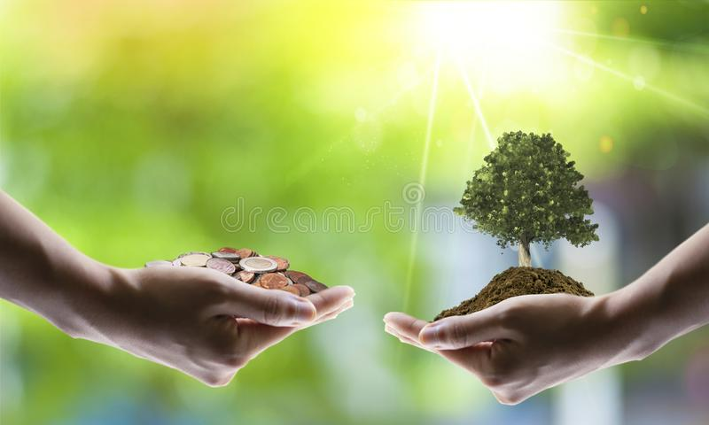 Conceito de salvamento da energia com terra e plantação de árvores em voluntários fotografia de stock