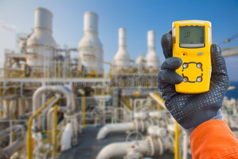 Conceito de segurança do sistema de segurança na plataforma offshore de processamento de petróleo e gás, detector manual de gases imagem de stock