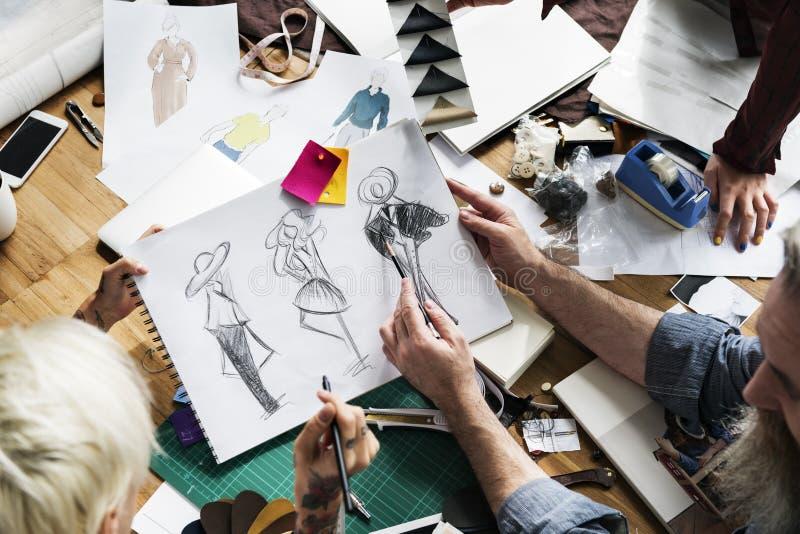 Conceito de Sketch Drawing Costume do desenhador de moda foto de stock