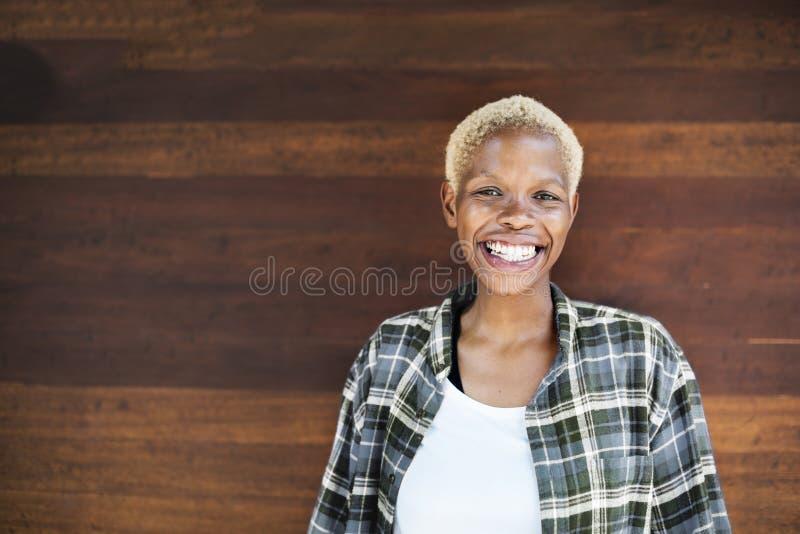 Conceito de sorriso da apreciação da felicidade da mulher africana imagem de stock royalty free