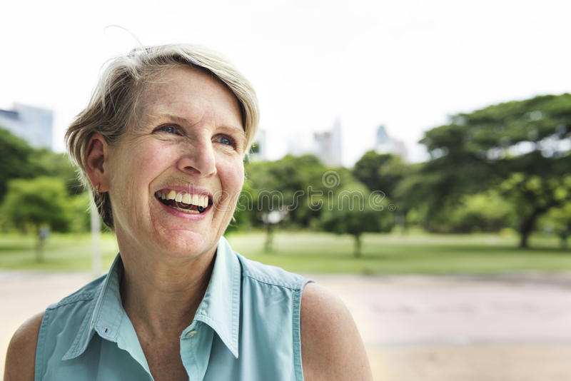Conceito de sorriso da felicidade do estilo de vida da mulher superior fotografia de stock