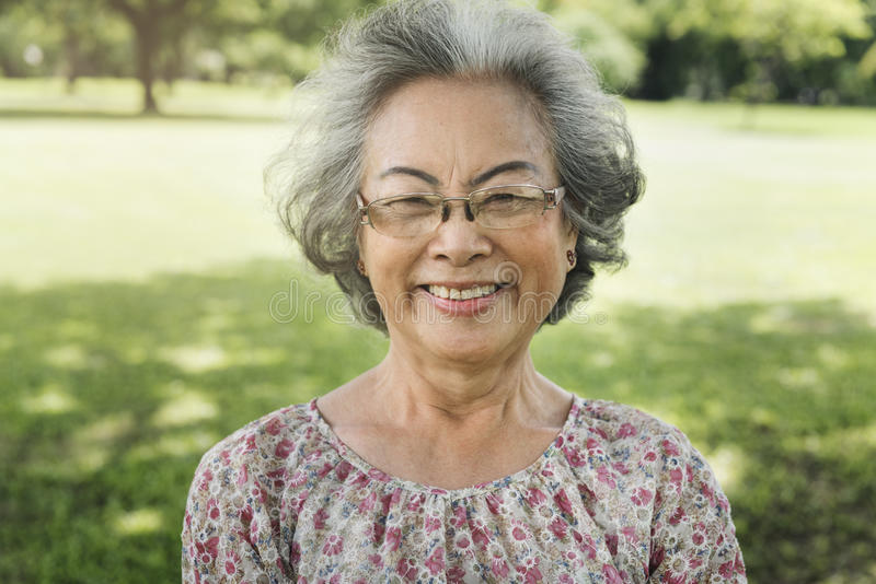 Conceito de sorriso da felicidade do estilo de vida da mulher superior asiática fotografia de stock royalty free