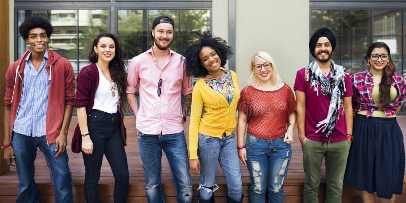 Conceito de sorriso da felicidade dos trabalhos de equipa das estudantes universitário fotografia de stock