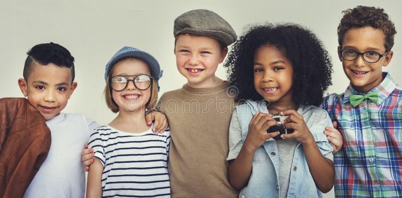 Conceito de sorriso do divertimento da felicidade da aproximação das crianças fotografia de stock royalty free