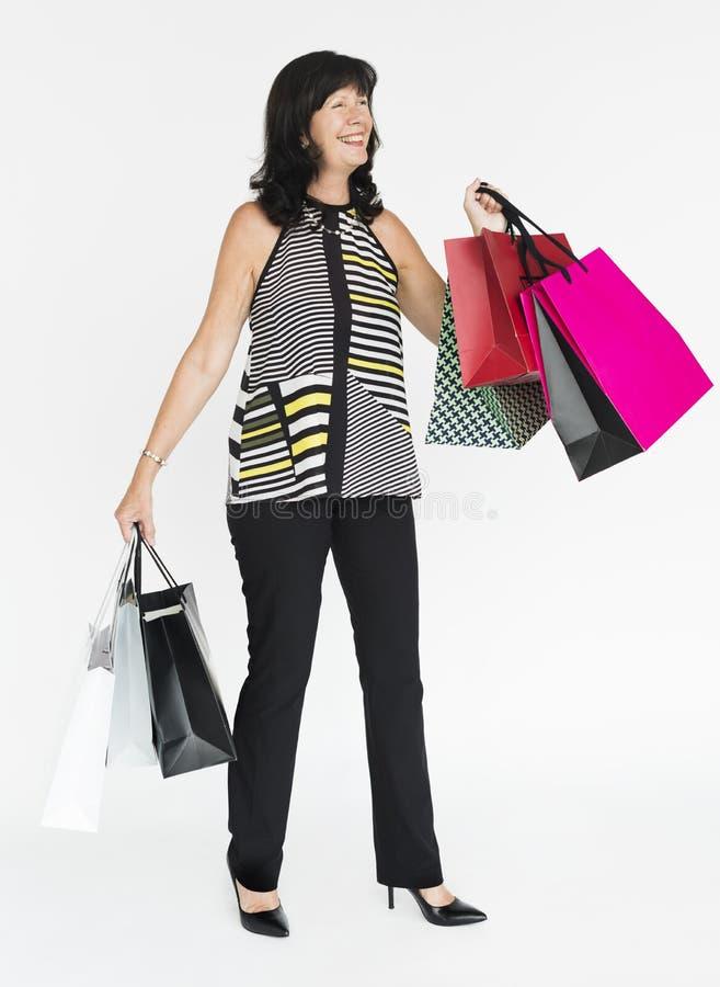 Conceito de sorriso do retrato de Shopaholic da felicidade da mulher imagens de stock royalty free