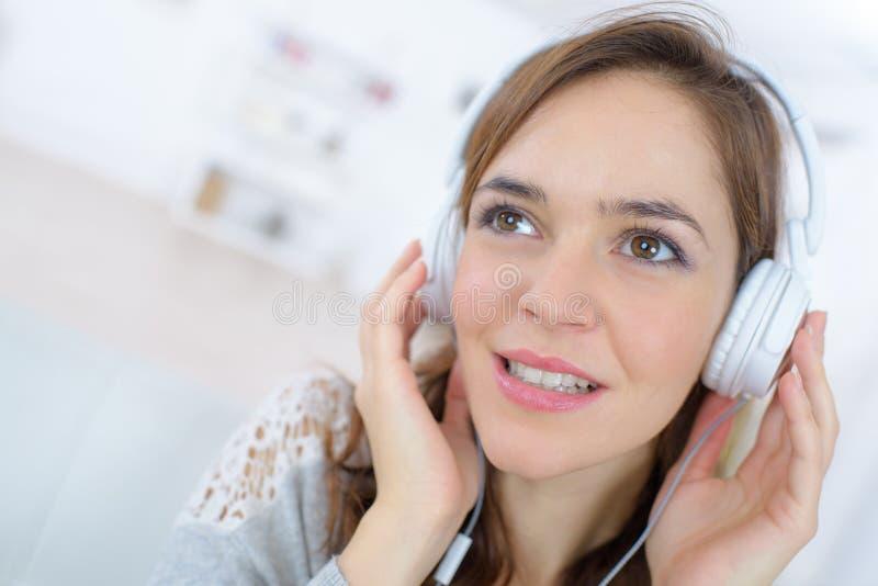 Conceito de sorriso dos fones de ouvido da música da felicidade da mulher imagem de stock