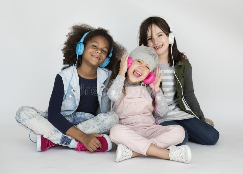 Conceito de sorriso feliz do retrato do estúdio das crianças fotos de stock