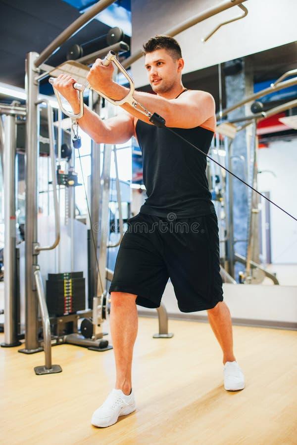 Conceito de sorriso muscular do esporte do gym do homem do poder fotografia de stock royalty free