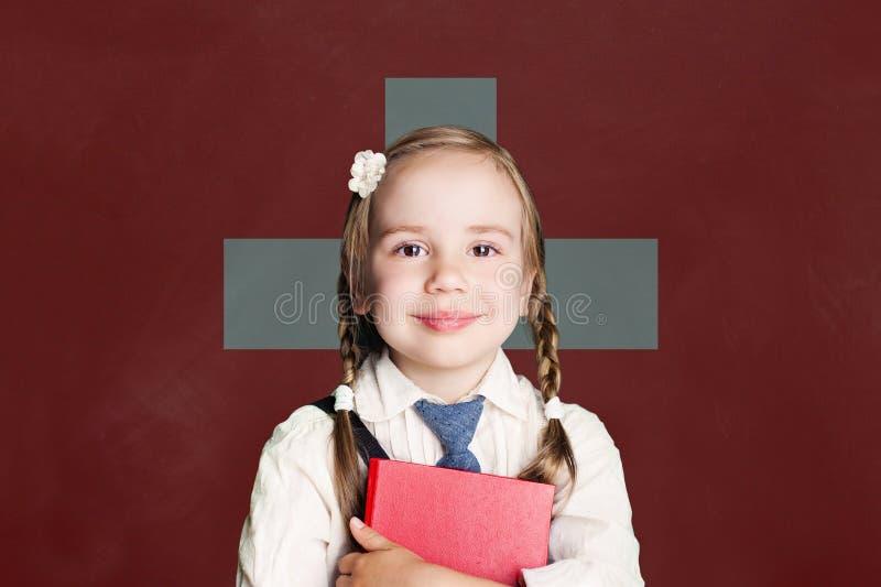 Conceito de Suíça com o estudante da menina com o livro contra o fundo suíço da bandeira imagens de stock royalty free