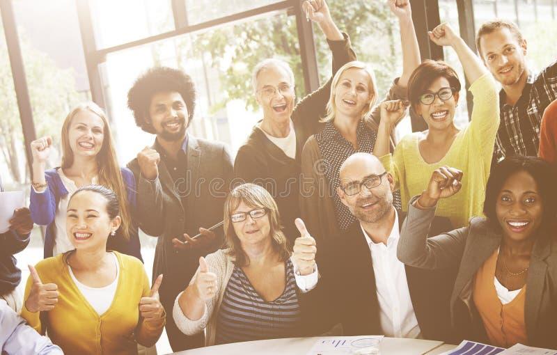 Conceito de Team Success Achievement Arm Raised do negócio imagens de stock