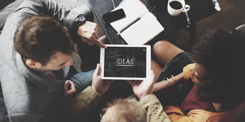 Conceito de Team Working Together Ideas Tablet dos povos fotos de stock royalty free