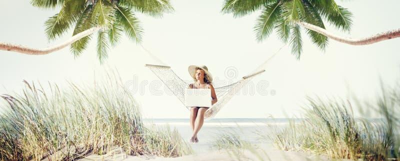 Conceito de trabalho da apreciação da praia do abrandamento da mulher fotografia de stock