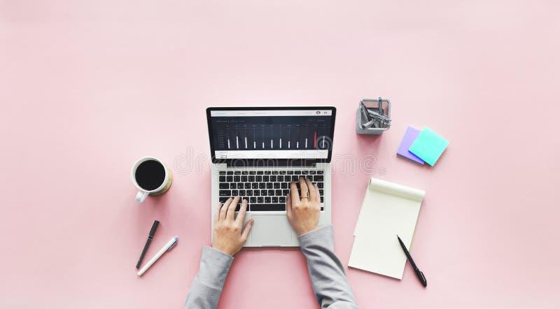 Conceito de trabalho da mesa da pesquisa do portátil do computador foto de stock