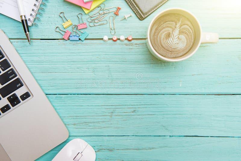 Conceito de trabalho da mesa do portátil do computador na cor pastel de madeira do assoalho foto de stock royalty free