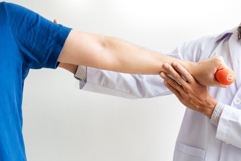 Conceito de trabalho do fisioterapeuta, doutor e sofrimento paciente ou quiroprático examinando da dor do ombro na clínica médica imagens de stock royalty free