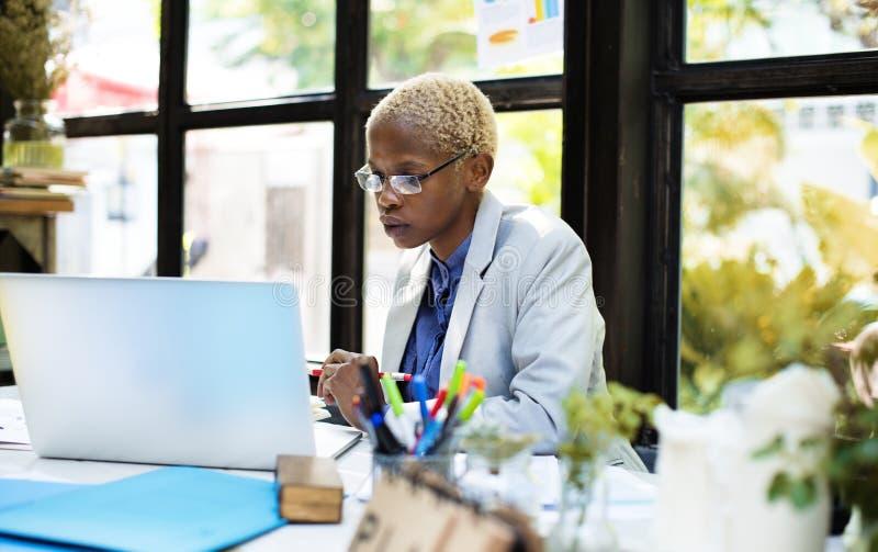 Conceito de trabalho de Laptop Planning Strategy da mulher de negócios africana fotografia de stock royalty free