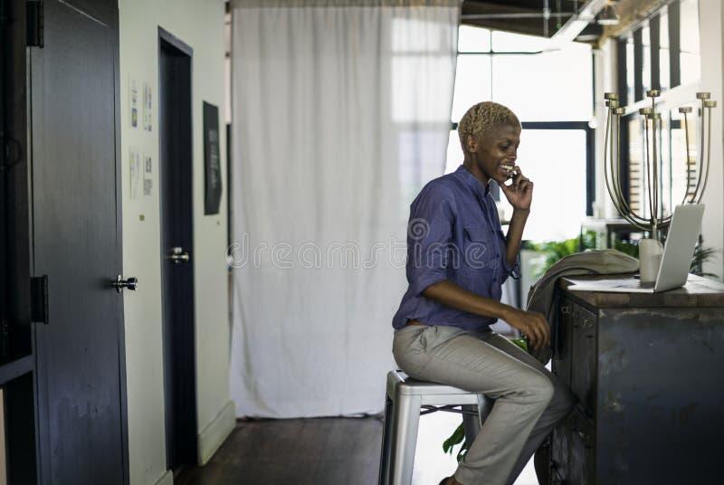 Conceito de trabalho de Laptop Planning Strategy da mulher de negócios africana fotografia de stock
