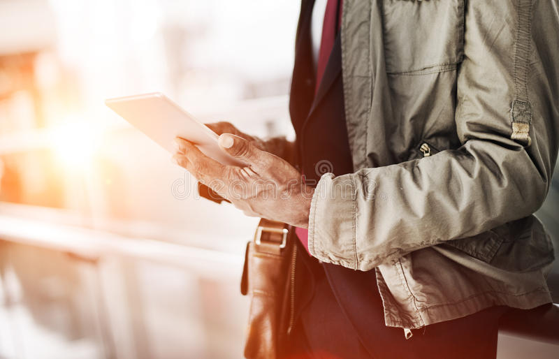 Conceito de Travel Commuter Technology do homem de negócios do journalista fotos de stock