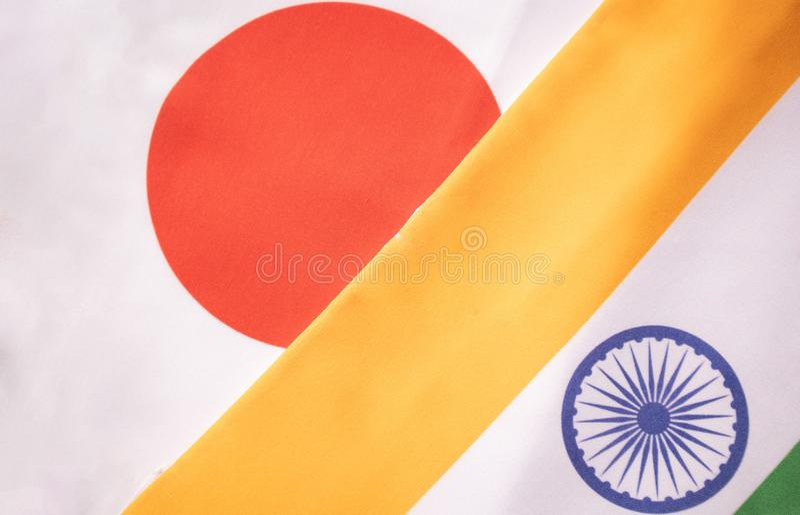 Conceito de um relacionamento bilateral entre dois países que mostram com duas bandeiras: Índia e Japão foto de stock