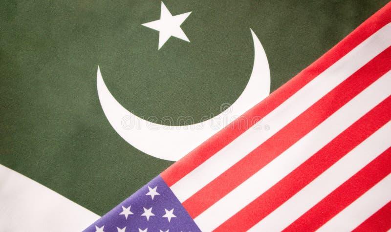 Conceito de um relacionamento bilateral entre dois países que mostram com duas bandeiras: Estados Unidos da América e Paquistão fotos de stock royalty free