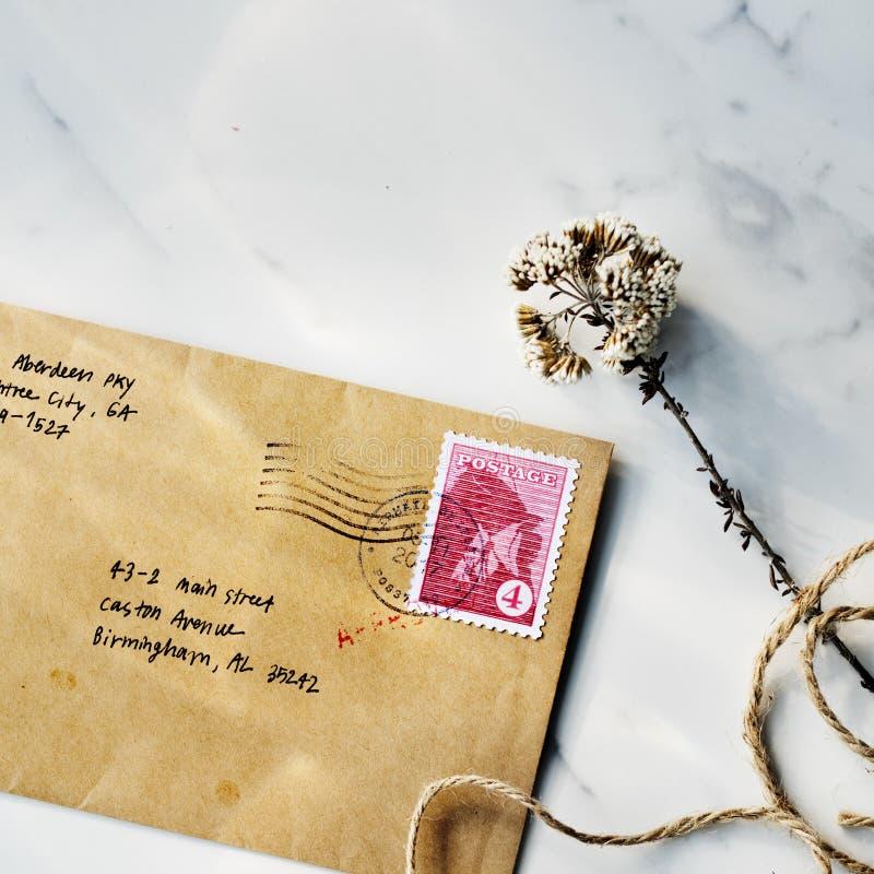 Conceito de uma comunicação da flor da correspondência da letra do correio imagem de stock