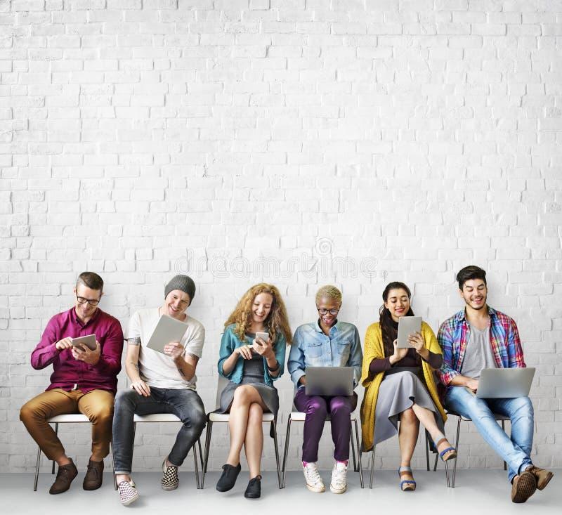 Conceito de uma comunicação global da conexão dos amigos da diversidade imagens de stock royalty free