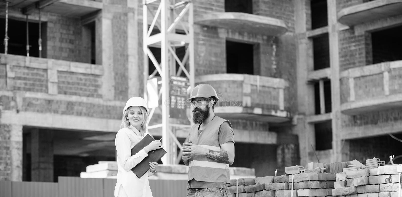 Conceito de uma comunica??o da equipe da constru??o Relacionamentos entre clientes da constru??o e ind?stria da constru??o civil  imagem de stock