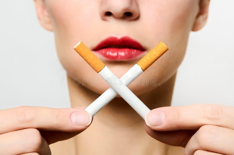Conceito de uma morte lenta do fumo fotografia de stock