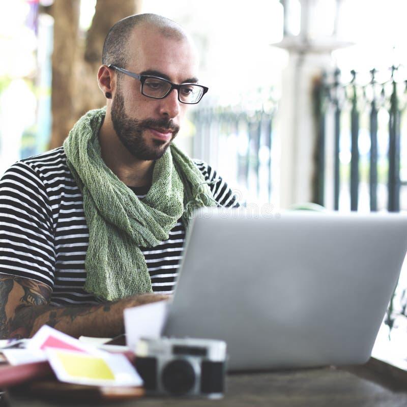 Conceito de Upload Connection Laptop do fotógrafo do homem imagem de stock