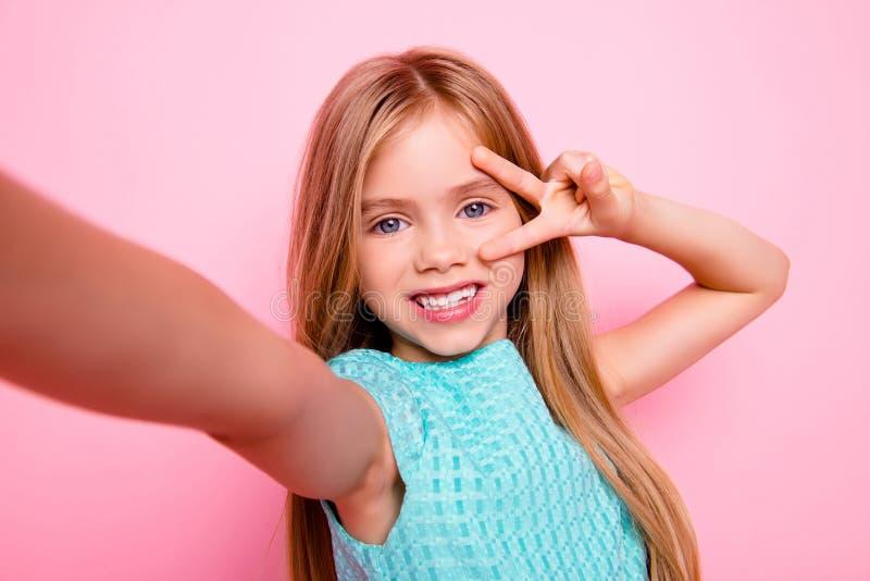 Conceito de usar a tecnologia moderna por crianças Feche acima da imagem fotografia de stock royalty free