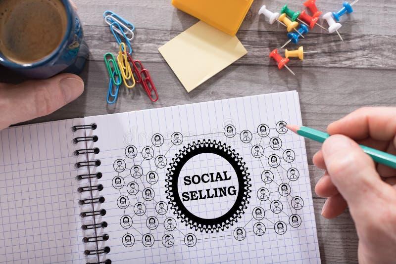 Conceito de venda social em um bloco de notas foto de stock