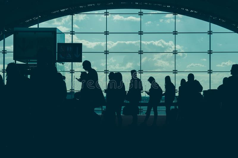 Conceito de viagem O terminal de aeroporto borrou a multidão de povos de viagem no fundo Tom da cor do vintage imagens de stock