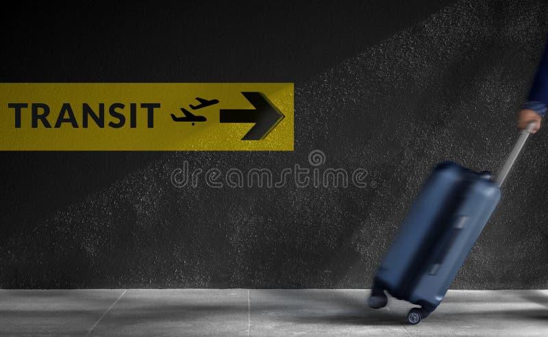 Conceito de viagem Viajante borrado que anda com bagagem em um Hu imagens de stock
