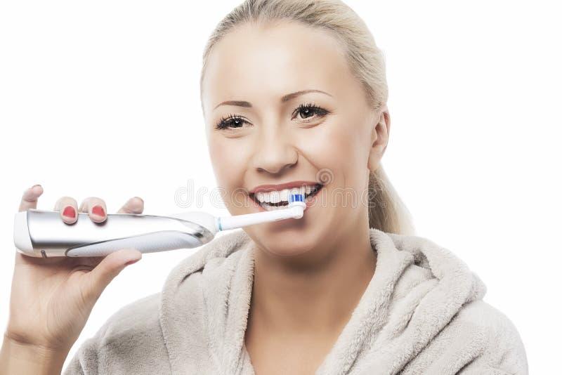 Conceito dental da higiene: Mulher caucasiano que escova seus dentes com M imagens de stock